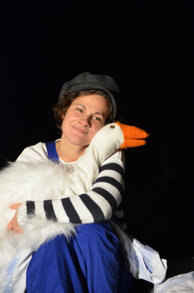"""Das Bild zeigt die Schauspielerin Birte Wentzek als Peterle in dem Kindertheaterstück """"Die Weihnachtsgans Auguste"""", das am 6. Dezember 2018 in der Klimawerkstatt Werder gezeigt wird.."""