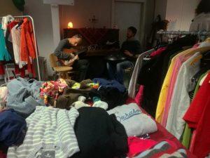 Das Foto zeigt die beiden Musiker bei der Kleidertauschparty in der Klimawerkstatt Werder.