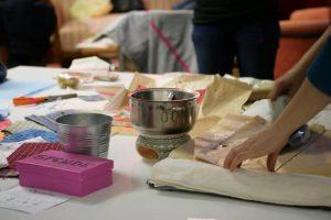 Das Bild zeigt einen Tisch in der Klimawerkstatt Werder, an dem Bienenwachstücher hergestellt werden.