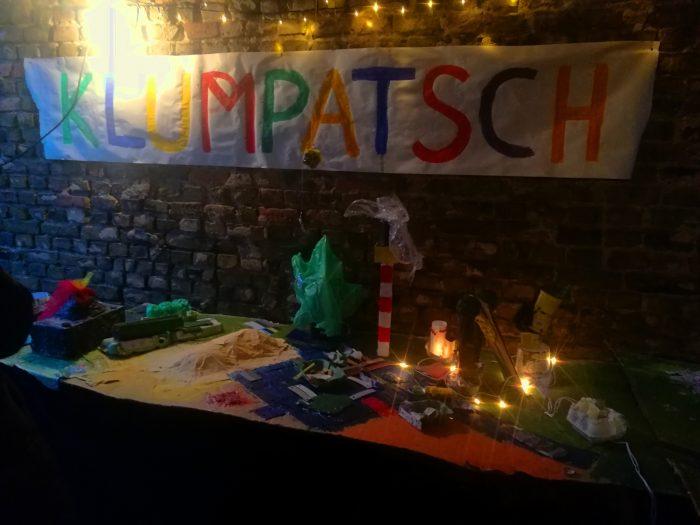 """Das Foto zeigt den Stand des Kinderkungsprojekts """"Klumpatsch"""" auf dem Götzer Hofadvent am 2.12.2018."""