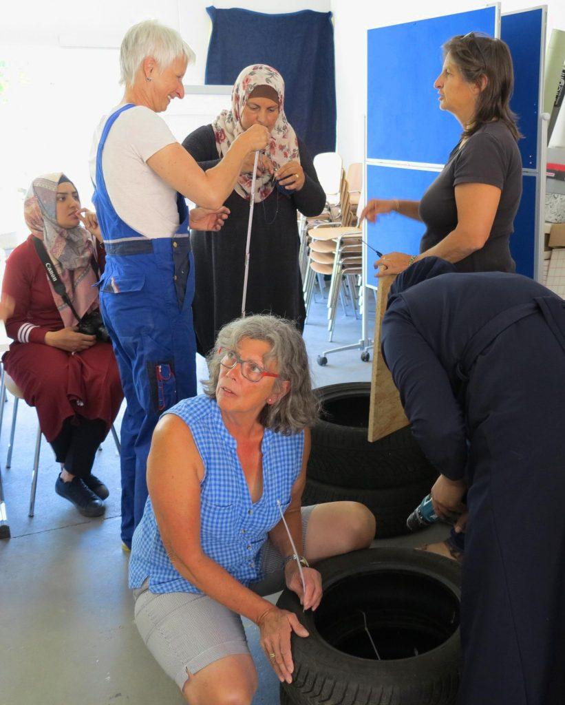 Al Walajeh trifft Klimawerkstatt Werder Reifensessel werden gebaut