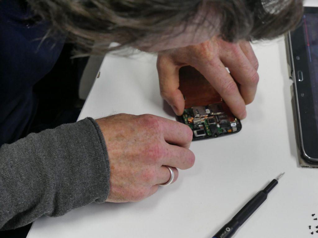Eine Platine wird begutachtet in der Elektrowerkstatt beim Reparatur-Treff in der Klimawerkstatt Werder