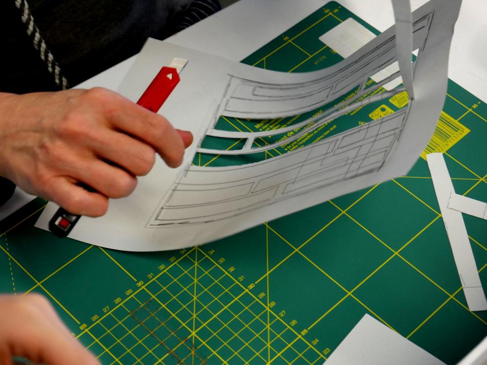 Auf dem Foto ist Siebdruck zu sehen, Ausschneiden der Papierschablone